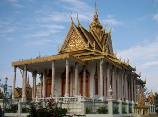 See the beautiful Golden Palace in Phnom Penh