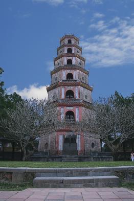 Admire Phuoc Duyen tower at Thien Mu pagoda
