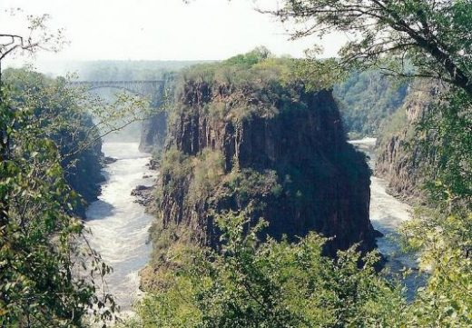 Victoria Falls -- peninsular cliffs are in Zambia
