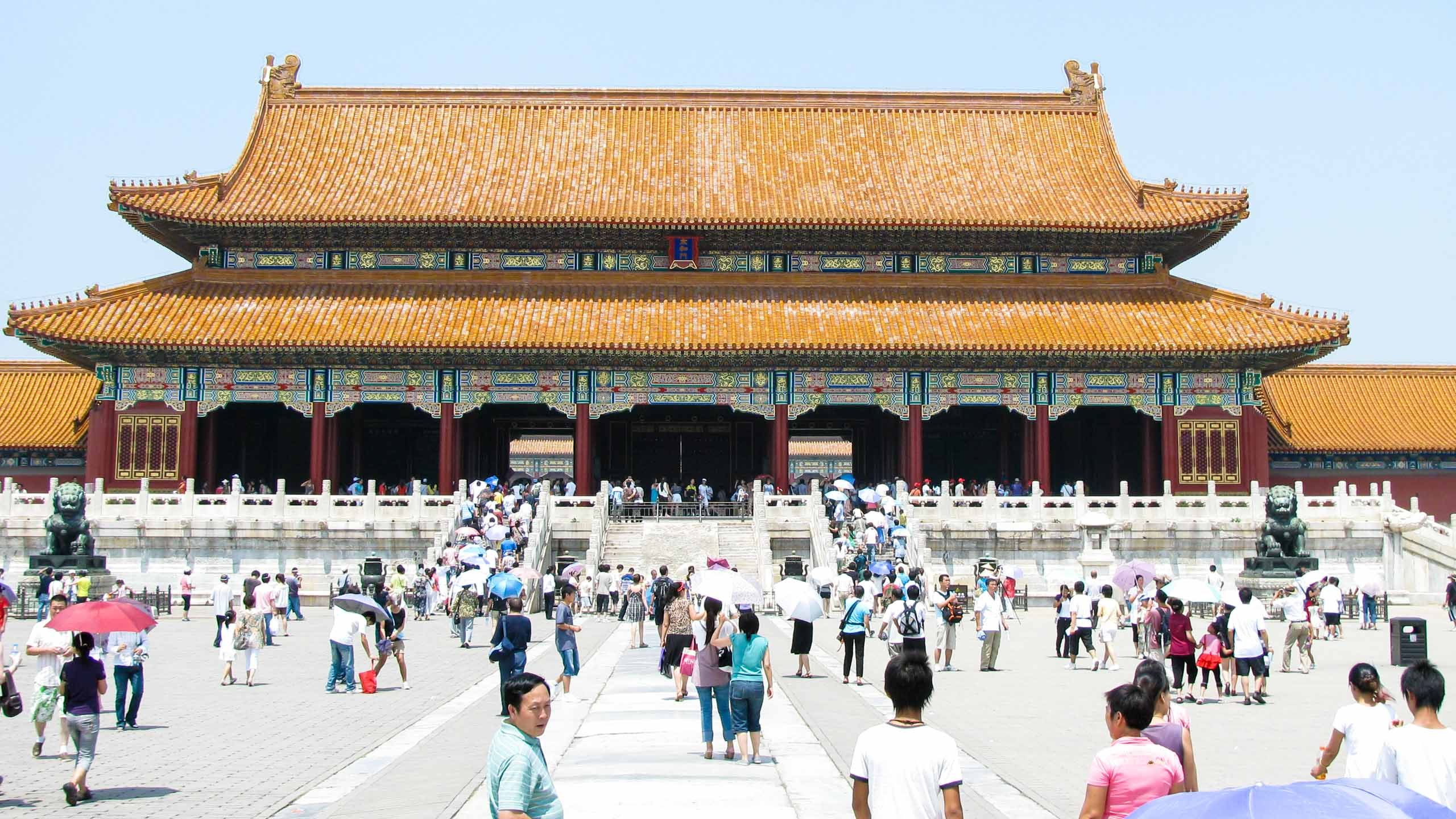 Travelers wander around China palace plaza